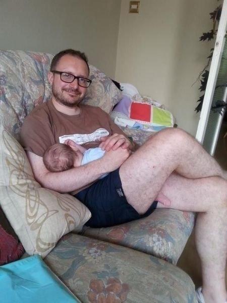 """O papai """"coruja"""" posou todo feliz com o filho, mas esqueceu de arrumar o pé do bebê. Olha o resultado..."""