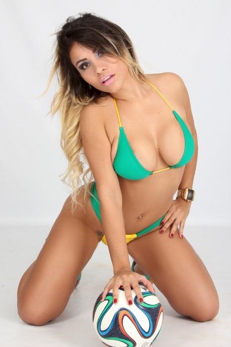 29.mai.2014 - Natural da Paraíba, Monaliny Soares, de 26 anos, disputa o título de Musa das Torcidas da Copa do Mundo.