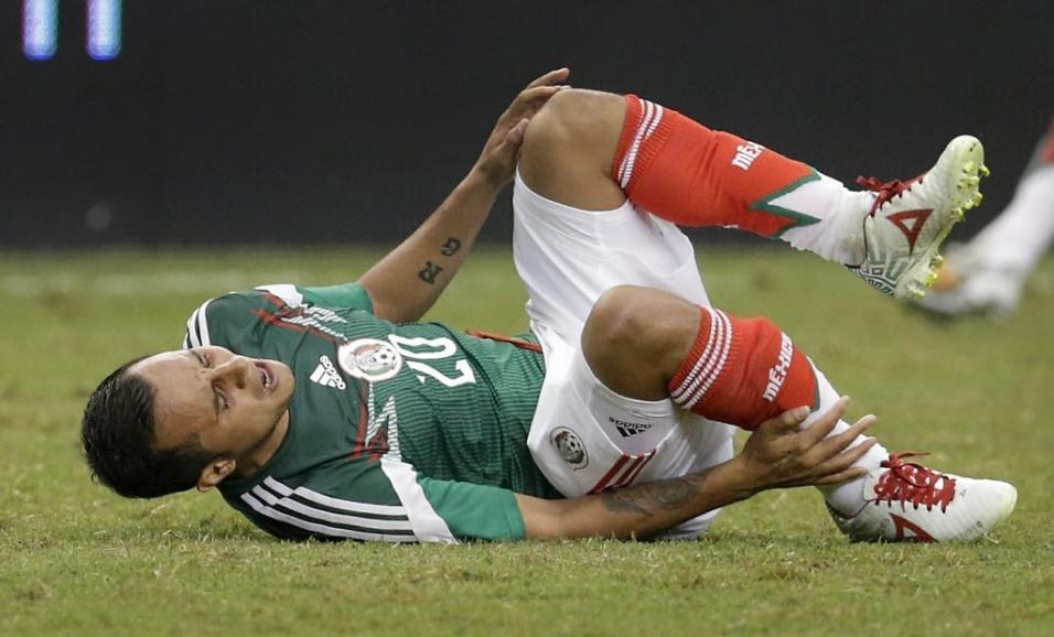 31.mai.2014 - O jogador mexicano Luis Montes quebrou a perna direita em partida amistosa contra o Equador. Montes sofreu uma fratura na tíbia, precisou ser operado e ficará de quatro a seis meses em recuperação. Às vésperas da Copa do Mundo, o jogador lamenta a dor não só da fratura, mas de ficar de fora do Mundial.