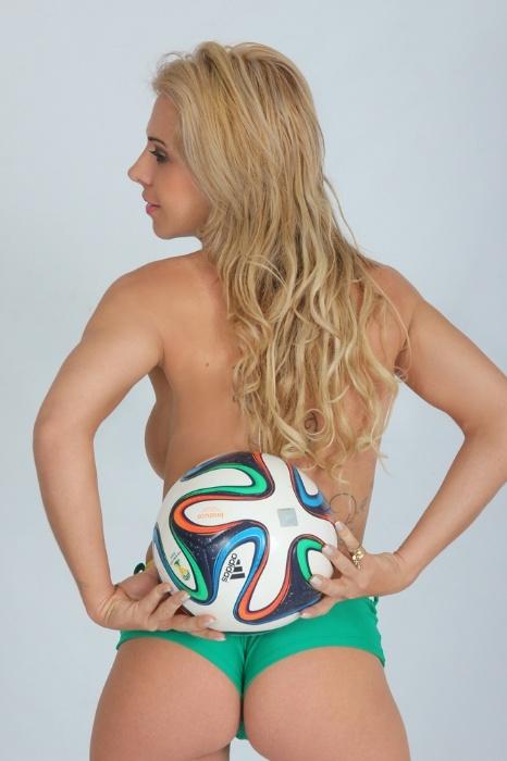 "3.jun.2014 - ""Tenho personalidade forte, sou divertida, comunicativa e muito desinibida"", garante a modelo Veridiana Bizzi, 31, outra candidata do Concurso Musa das Torcidas da Copa do Mundo"