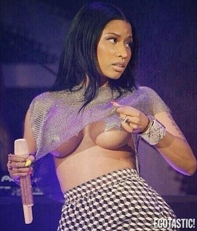 5.jun.2014 - Sem sutiã, Nicki Minaj usou estrelas coladas ao corpo para esconder os seios. O look da cantora foi escolhido para apresentar um festival de música em East Rutherford, em New Jersey, nos Estados Unidos
