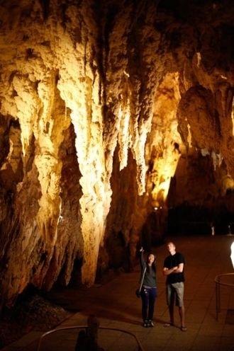 A caverna é dividida em dois níveis. Um deles é conhecido como ?Catedral?, que fica localizado 18 metros abaixo da entrada da caverna. Com uma acústica perfeita, o local serve como palco para apresentações e shows de cantores locais