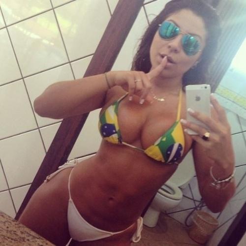 12.jun.2014 - Andressa Ferreira, modelo e namorada de Thammy Gretchen, entrou no clima da Copa de Mundo. De biquíni com a bandeira do Brasil, a beldade mostrou o corpão em selfie na frente do espelho para o Instagram