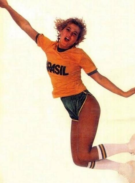 6.jun.2014 - Em 82, a apresentadora Xuxa Meneghel posou de musa da seleção brasileira de camisa do Brasil e shortinho com bumbum à mostra