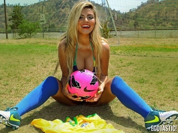 """13.jun.2014 - A modelo brasileira Camilla Gimenez mostrou que está no clima da Copa do Mundo e na torcida pelo Brasil. A gata vestiu as cores da seleção, foi para um campo de futebol e posou para um ensaio fotográfico usando um biquíni sexy, que deixou suas curvas realçadas. A beleza da loira chamou a atenção do site de celebridades gringo """"Egotastic"""""""