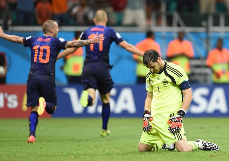 Goleiro espanhol Iker Casillas lamenta após levar cinco gols do time  holandês na estreia da atual 86e9d1a5c5a40