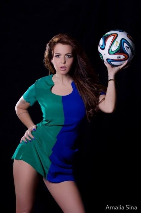 """16.jun.2014 - Uma das sedutoras do quadro """"Teste de Fidelidade"""", a atriz  Ana Paula Saad também entrou na onda e posou com as cores do Brasil"""