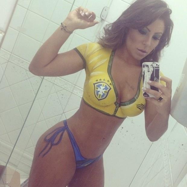 17.jun.2014 - Andressa Ferreira entrou novamente no clima da Copa. A namorada de Thammy Gretchen desta vez ficou nua, coberta apenas por uma pintura corporal com as cores do uniforme do Brasil. Você acha que a morena está batendo um bolão?