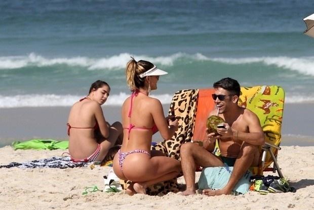 """17.jun.2014 - Laura Keller, conhecida também como a ex-Mulher Múmia, curte dia ensolarado com amigo na praia na Barra da Tijuca, no Rio de Janeiro. A beldade atua como a stripper Luiziane em """"Pé na Cova"""""""