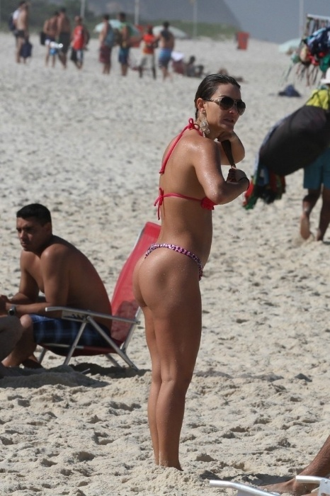 """17.jun.2014 - Laura Keller, conhecida também como a ex-Mulher Múmia, exibe corpão na praia na Barra da Tijuca, no Rio de Janeiro. A beldade atua como a stripper Luiziane em """"Pé na Cova"""""""