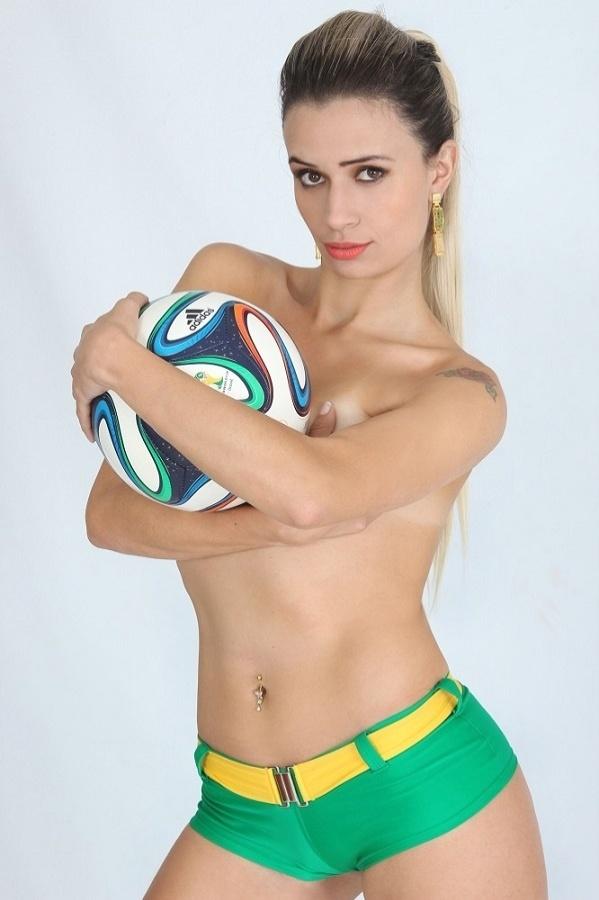 Candidata do Musa das Torcidas da Copa do Mundo, Daiane Santos posa para ensaio sensual para comemorar a vitória do Brasil