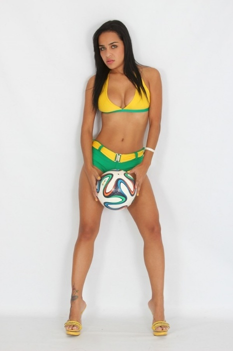 Candidata do Musa das Torcidas da Copa do Mundo, Karen Silva posa para ensaio sensual para comemorar a vitória do Brasil