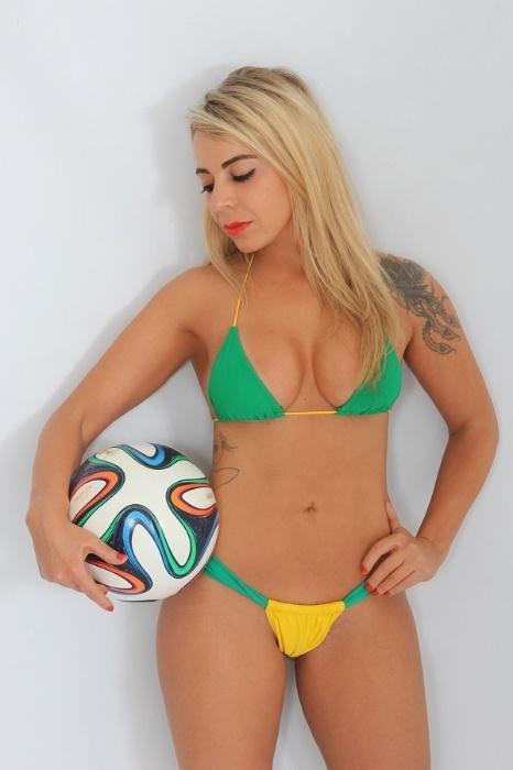 Candidata do Musa das Torcidas da Copa do Mundo, Vanessa Ribeiro posa para ensaio sensual para comemorar a vitória do Brasil