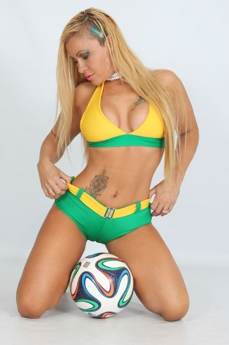 Candidata do Musa das Torcidas da Copa do Mundo, Vhania Weebly posa para ensaio sensual para comemorar a vitória do Brasil