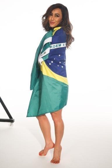 23.jun.2014 - No dia da partida da seleção brasileira contra o Camarões, Sabrina Sato fez um ensaio especial enrolada na bandeira do Brasil esbanjando carisma