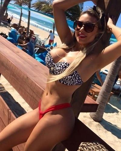 """24.jun.2014 - Alessandra Batista, assistente de palco do programa """"Legendários"""", posou sexy para uma famosa grife de moda praia. As fotos foram feitas no litoral cearense"""