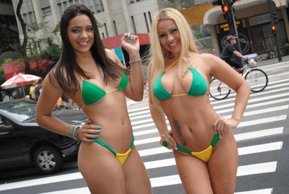 24.jun.2014 - Fanny Doll e Vhaia Wheebley posam de biquíni com as cores da seleção brasileira em plena Avenida Paulista, em São Paulo. A dupla fez ensaio com outras beldades inspirado na Copa do Mundo