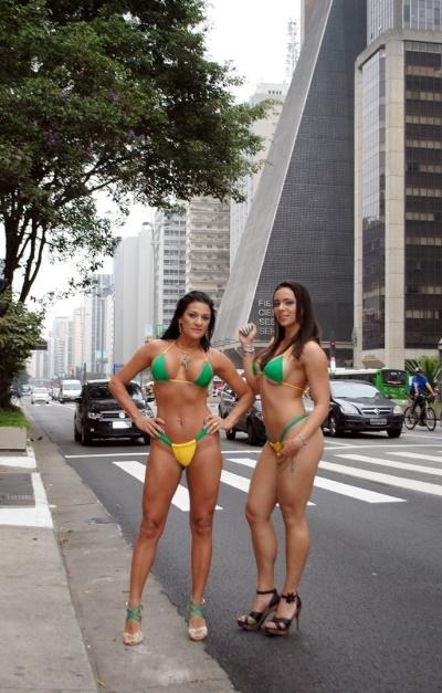 24.jun.2014 - Jeane Ribeiro e Fanny Doll posam de biquíni com as cores da seleção brasileira em plena Avenida Paulista, em São Paulo. A dupla fez ensaio com outras beldades inspirado na Copa do Mundo