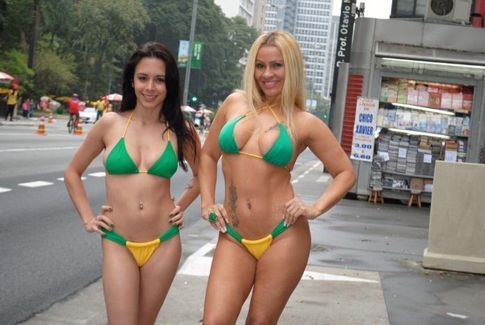 24.jun.2014 - Laiz Monticelli e Vhania Weebley posam de biquíni com as cores da seleção brasileira em plena Avenida Paulista, em São Paulo. A dupla fez ensaio com outras beldades inspirado na Copa do Mundo