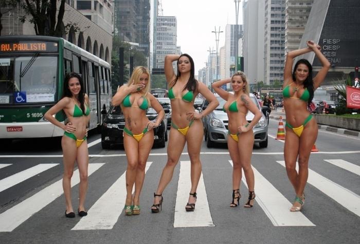 24.jun.2014 - Laiz Monticelli, Vhania Weebley, Fanny Doll, Vanessa Ribeiro e Jeane Ribeiro param o trânsito em ensaio de biquíni realizado em plena Avenida Paulista, em São Paulo