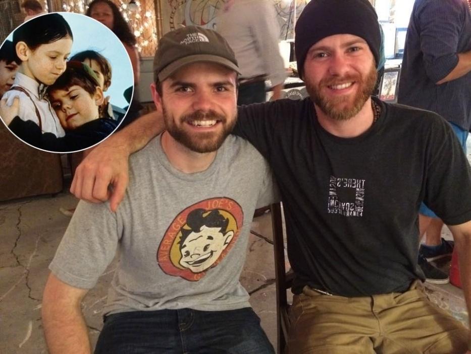 """25.jun.2014 - Vinte anos após o lançamento do filme """"Os Batutinhas"""", Travis Tedford (à esq.) e Bug Hall  (à dir.) - o Batatinha e o Alfafa - se reencontraram por acaso.O encontro foi relatado por Tedford em seu Facebook no último domingo (22).  """"A coisa mais estranha que aconteceu comigo nas minhas férias em New Orleans foi dar de cara com Bug (Alfafa). Não nos víamos há 18 anos. Isso aconteceu sem que qualquer um de nós soubesse que o outro estaria na cidade nesse fim de semana"""", escreveu. O ex-ator ainda compartilhou uma foto atual dos dois ? ele está com 25 anos e Bug, com 29. Na sua página oficial, Tedford contou que largou a atuação e virou um profissional da área de marketing."""
