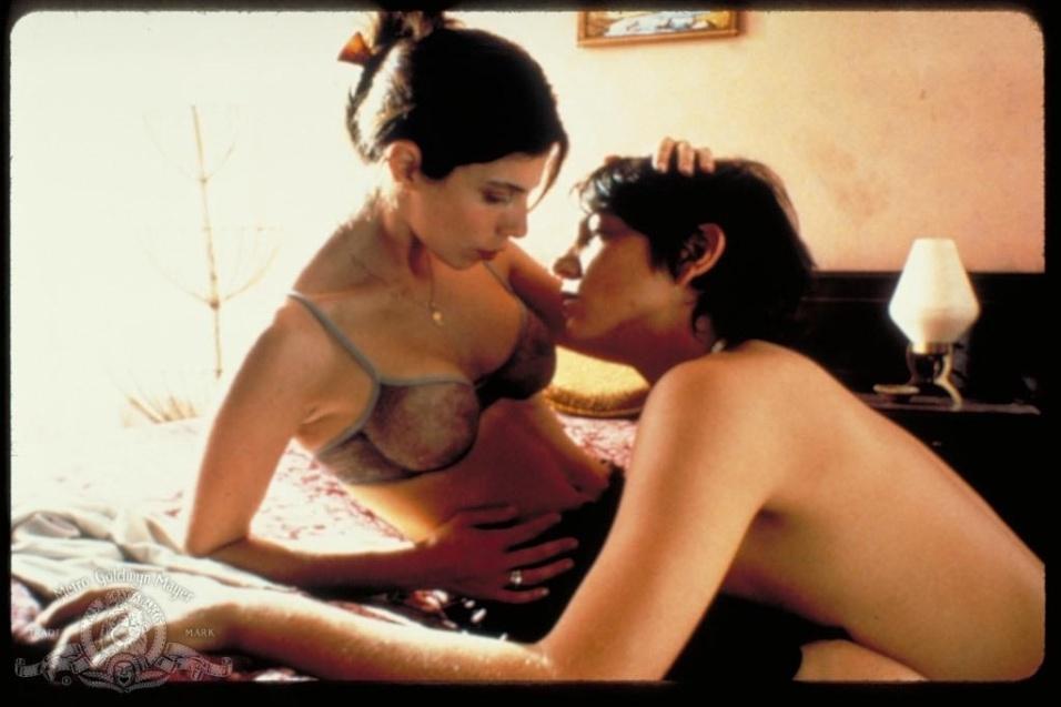 """28.jun.2014 - """"Y Tu Mamá También"""" é um drama mexicano do ano de 2001, mas que entrou para a lista de filmes quentes do cinema por causa das diversas cenas de sexo. O filme conta a história de dois jovens amigos, Julio (Gael García Bernal) e Tenoch (Diego Luna). Logo no início, os dois aparecem fazendo sexo com suas respectivas namoradas antes de as garotas os deixarem para viajar para a Itália. Na sequência, eles conhecem Luisa (Maribel Verdú), a esposa do primo de Tenoch. Os amigos convidam a mulher para uma viagem pela América Latina, e ela aceita depois de descobrir que foi traída. Os três protagizam cenas quentes após uma noite de bebedeira"""