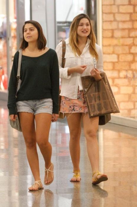 30.jun.2014 - Sasha Meneghel, 15 anos, foi clicada ao fazer compras com uma amiga em um shopping do Rio. De saia curtinha, ela carregava sacolas nas mãos