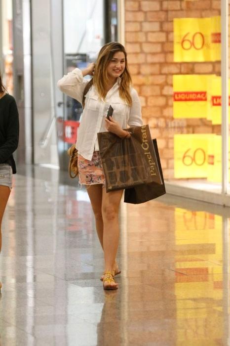 30.jun.2014 - Sasha Meneghel, 15 anos, foi clicada ao fazer compras em um shopping do Rio. De saia curtinha, ela carregava sacolas nas mãos