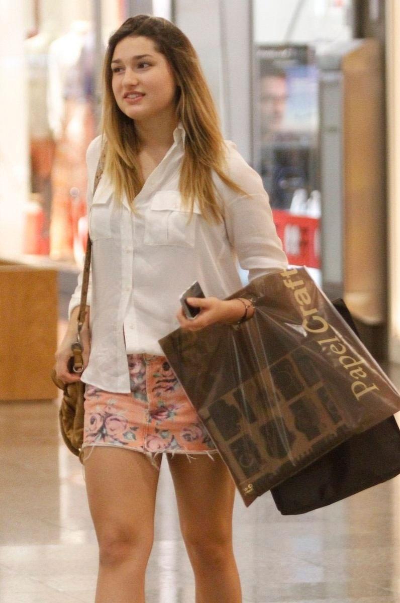 30.jun.2014 - Sasha Meneghel, 15 anos, foi clicada ao fazer compras em um shopping do Rio. De saia curtinha, ela carregava várias sacolas nas mãos