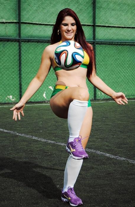 """30.jun.2014 - A modelo Camila Rita confessa que nunca tinha entrado em um campo, mas acabou se saindo bem com a bola nos pés. """"Acho que descobri o talento para jogar a bola agora, durante a partida"""", diz a musa"""