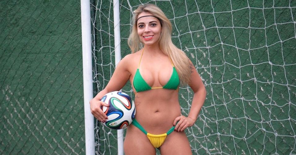 30.jun.2014 - A personal trainer Vanessa Ribeiro é uma das Musas da Copa do Mundo que mais tem intimidade com a bola