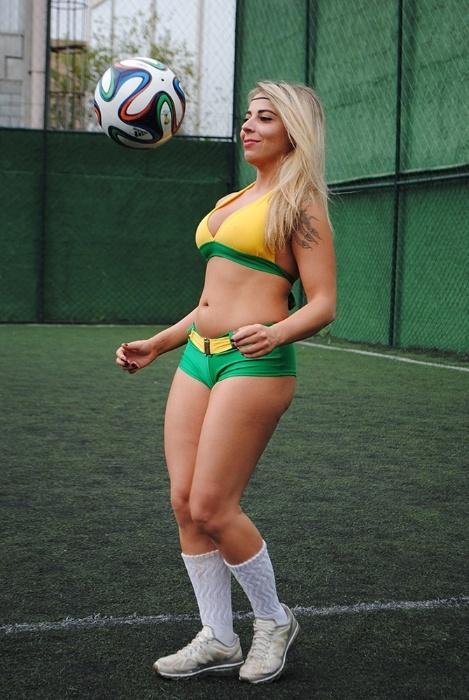 30.jun.2014 - A personal trainer Vanessa Ribeiro é uma das Musas da Copa do Mundo que mais tem intimidade com a bola. Na imagem, a loira arrasa nas embaixadinhas