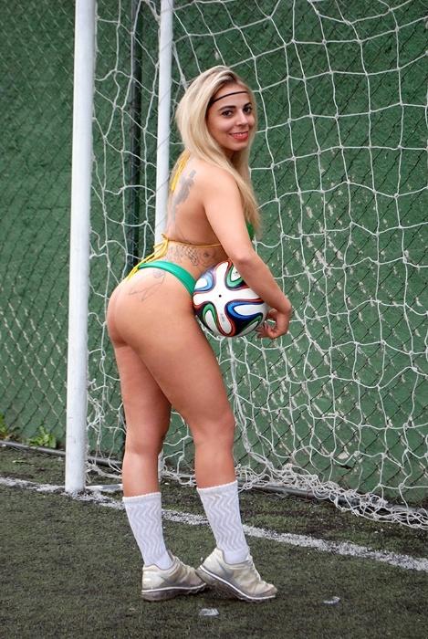 30.jun.2014 - A personal trainer Vanessa Ribeiro é uma das Musas da Copa do Mundo que mais tem intimidade com a bola. Quando era mais nova treinava futebol. E depois me graduei em Educação Física. O esporte sempre fez parte da minha vida?, conta a beldade