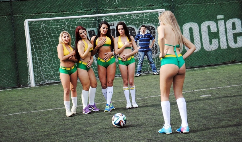 30.jun.2014 - Candidatas do concurso Musa das Torcidas da Copa do Mundo se reuniram em campo na zona oeste de São Paulo