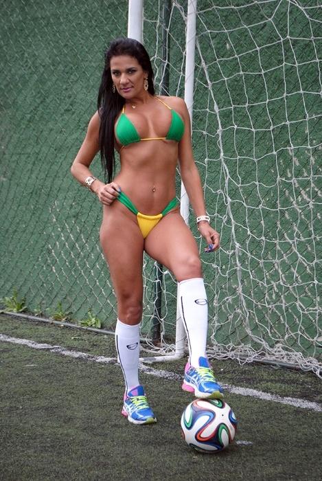 30.jun.2014 - Jeane Rinaldi nunca entrou em campo, mas mesmo assim mostrou que bate um bolão