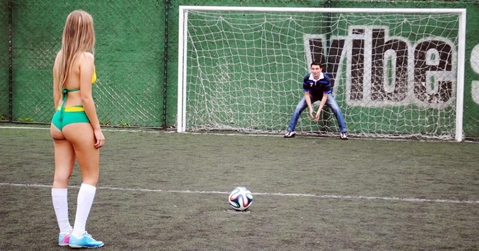 30.jun.2014 - Jéssica Caroline marca um gol de pênalti na partida