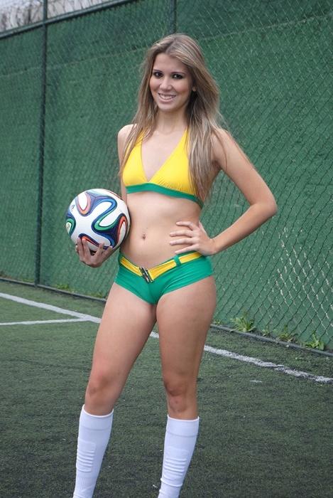 """30.jun.2014 - Jéssica Caroline também é uma das Musas da Copa do Mundo que tem intimidade com a bola nos pés. Jéssica é a dribladora do time, a versão feminina do mito Garrincha, só que ao invés de ser chamada de """"Anjo das pernas tortas"""", ela é o """"Anjo das belas pernas"""""""