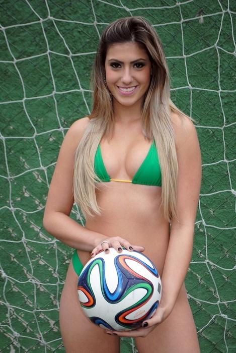 """30.jun.2014 - Karine Gaglianoni confessa que não manda bem no futebol. ?No futebol sou chamada de grossa, não tenho intimidade alguma. Mas tenho outras habilidades e estou sonhando com o título de Musa das Torcidas da Copa do Mundo"""""""