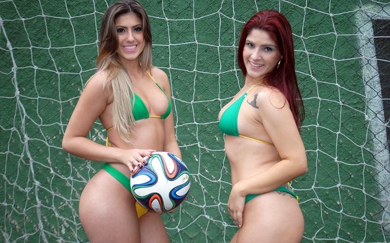 30.jun.2014 - Karine Gaglianoni posa ao lado de Camila Rita