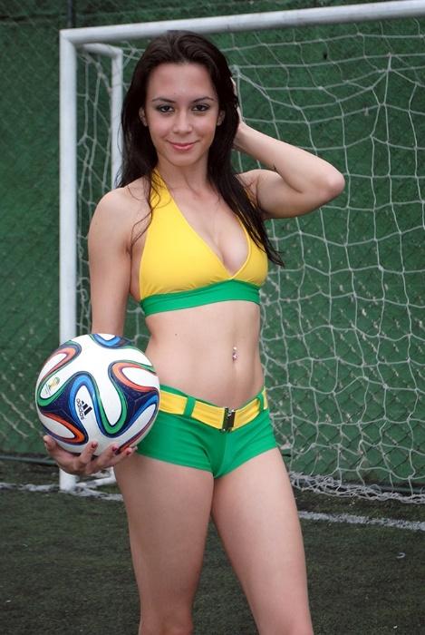 30.jun.2014 - Laiz Monticelli faz parte do time de Musas das Torcidas da Copa do Mundo que entende pouco de futebol. ?Prefiro analisar os jogadores?, derrete-se Laiz