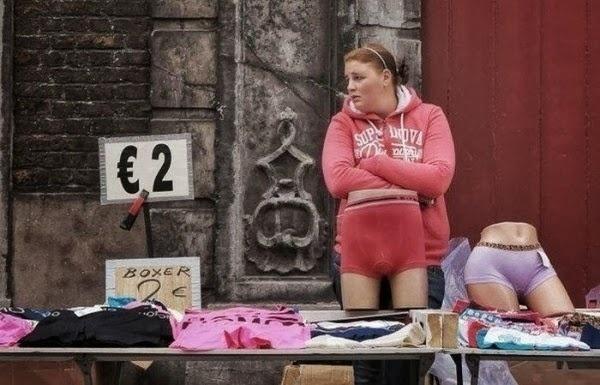 Ei, senhora! Vai usar cuecas no meio da loja? Ufa, é só um manequim em uma imagem de duplo sentido