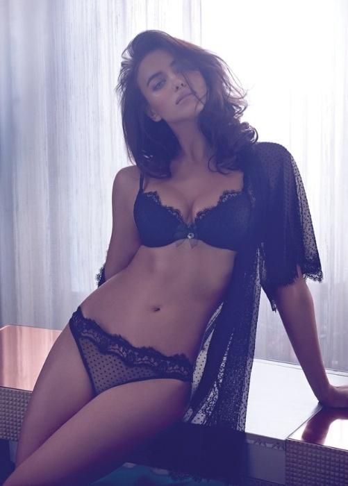 14.jul.2014 - A modelo russa Irina Shayk fez um ensaio bem picante para a Twin Set, marca de lingerie italiana. Nas fotos da campanha, a namorada do jogador Cristiano Ronaldo aparece sensual, de calcinha e sutiã