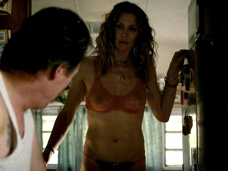 "Jul.2014 - A atriz Stacy Haiduk, de 46 anos, aparece de lingerie no seriado ""True Blood"""