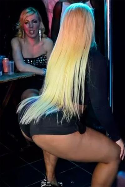 """17.jul.2014 - Yani de Simoni, mais conhecida como Mulher Filé, capricha na performance no pole dance em uma casa noturna no Rio de Janeiro. A funkeira está se dedicando à arte da dança na barra para a gravação de seu novo clipe, """"Striptease"""""""