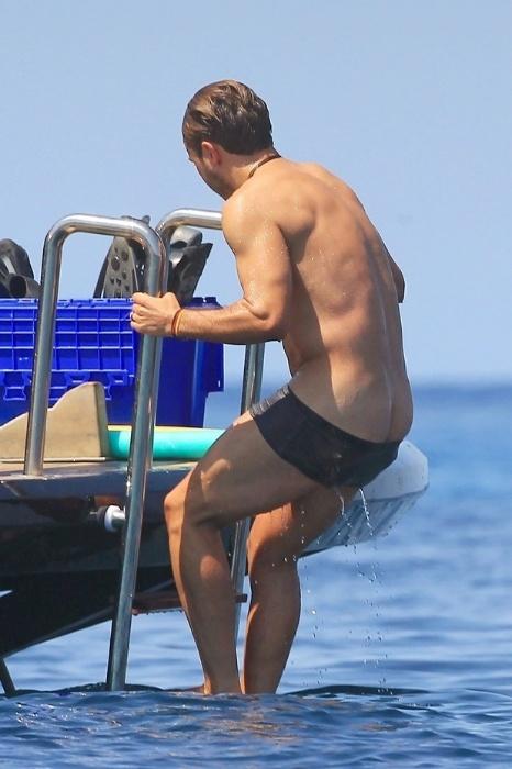 18.jul.2014 - Mario Götze, que marcou o gol da vitória da Alemanha em cima da Argentina na final da Copa do Mundo, acabou mostrando demais após dar um mergulho no mar de Ibiza, na Espanha, onde curte as férias ao lado da namorada, Ann-Kathrin Brommel