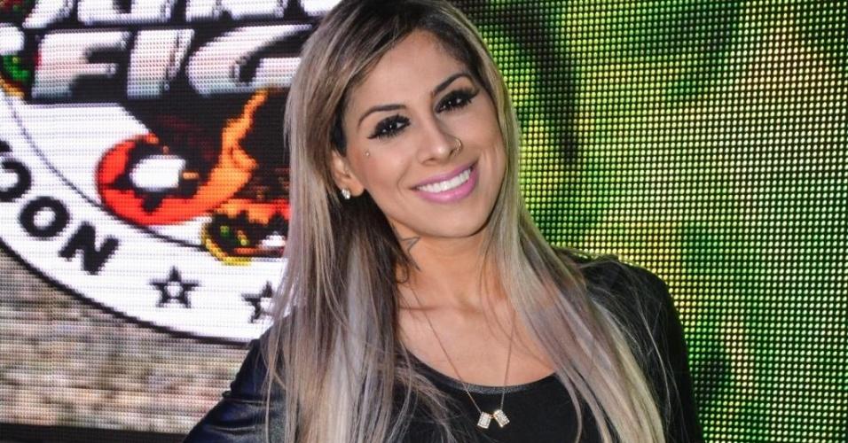 19.jul.2014 - A vencedora do BBB 14 Vanessa Mesquita posa para fotos antes de participar como ring girl do Jungle Fight 71, realizado neste sábado em São Paulo