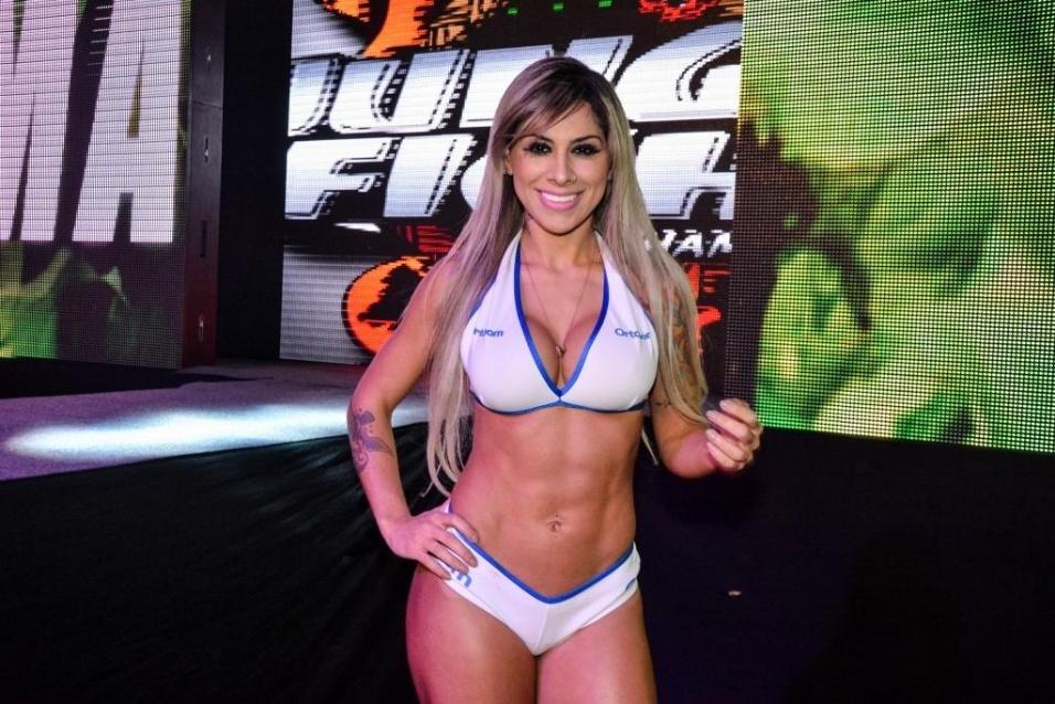 cd48aa131 19.jul.2014 - Principal ring girl do Jungle Fight 71