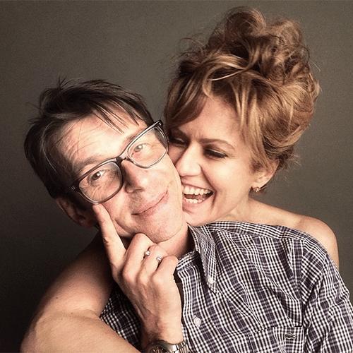"""21.jul.2014 - """"Irmãos de alma"""", escreveu o maquiador Duda Molinos em foto em que aparece sendo abraçada por trás pela atriz Patricia Pillar, 50, atualmente no ar como Angela Mahler, na novela global das onze """"O Rebu"""""""