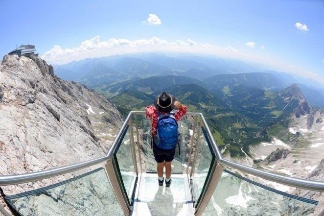"""29.jul.2014 - A Áustria tem uma belíssimo ponto turístico para quem gosta de belezas naturais e tem espírito aventureiro. As """"escadas para o nada"""" (ou """"stairway of nothingness"""", em inglês), localizadas na montanha de Hoher Dachstein (a 2ª mais alta dos Alpes Austríacos, com 2.995 metros de altitude) possui uma plataforma de observação construída com lâminas de vidro tanto nas laterais quanto no piso, tornando a visão dos Alpes algo único. A sensação de voar aumenta ainda mais por ela estar localizada 400 metros acima das montanhas. O local foi construído pelo Resort Dachstein Glacier"""