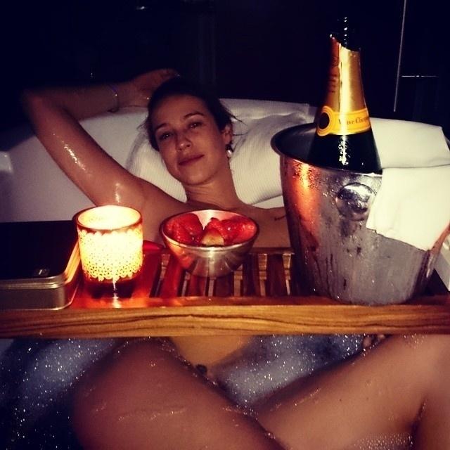 """29.jul.2014 - O marido de Luana Piovani, Pedro Scooby, chamou atenção de internautas ao postar fotos da atriz aparentemente nua em suas redes sociais na noite de segunda-feira (28). Os registros foram feitos na comemoração de 1 ano de casamento em um quarto de hotel. """"Meu presente"""", escreveu ele."""